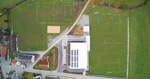 Luftaufnahme mit 4K-Kamera und Quadrokopter - Sportplatz von oben